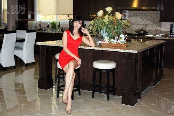 9.對周心怡ㄧ家來說,廚房裡巨大的中島是最有凝聚力的所在。