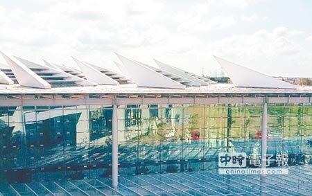 高鐵彰化站屋頂有花朵意象的天窗,凸顯彰化是花卉產地的特色。(鐘武達攝)