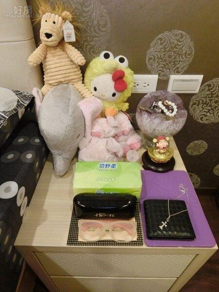 7.床頭櫃上擺有小聚寶盆與收藏將近8年的娃娃,趙芸表示這些全是她個人守護者。