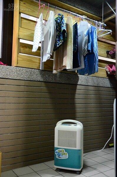 利用除濕機加速冬季晾衣服的速度(好房網News記者鍾釗榛攝影)