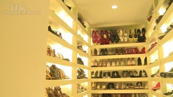 2豪宅內有一專屬房間擺放張庭鞋子。(取自新浪微博@我Hold不住了)