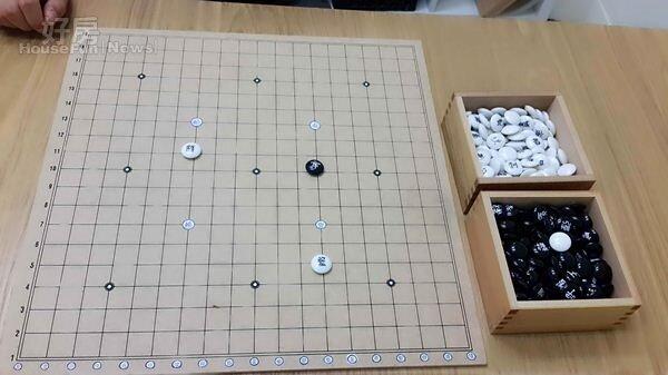 6.大桌上的詩棋盤為李曼聿創意設計,可以在遊樂中挖掘發想詩意,黑白棋子和棋盤座標都寫上不同標示。