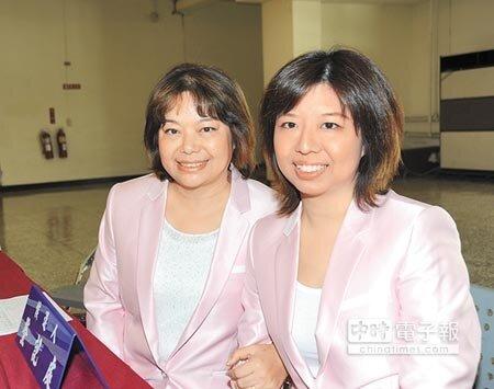 無黨籍黃玉燕(左)與周書涵母女檔,穿同樣制服完成登記,分別競選第一、二選區。(陳慶居攝)