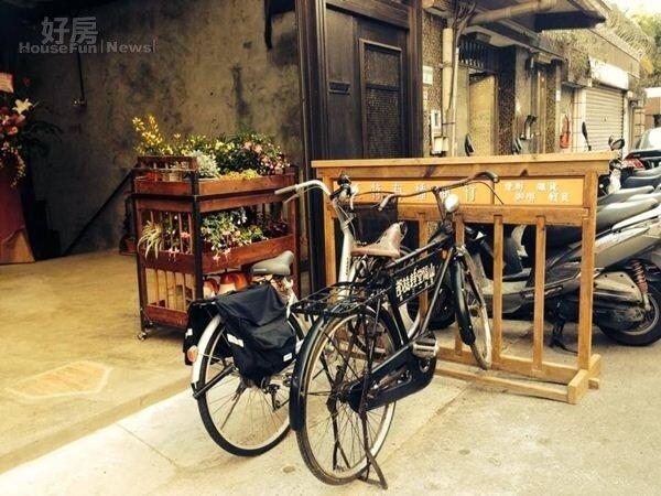 3.有看過《KANO》這部電影的朋友,對大門口的這台腳踏車肯定不陌生。曹佑寧所飾演的主角AKIRA,總以它載著心愛的初戀女友阿靜。