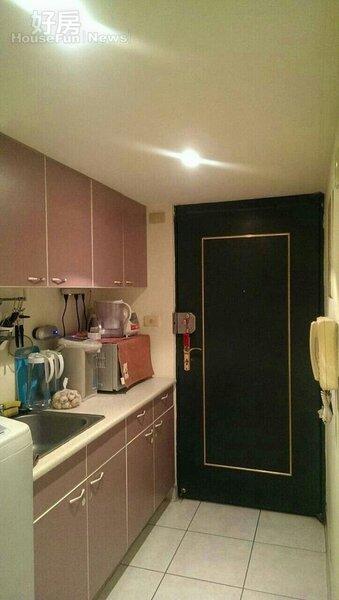5.廚房小巧明亮,很符合單身的需求。