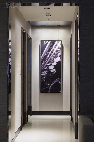 7.不鏽鋼鍍鈦的設計在門框、天花板隨處可見,增添不少現代感。