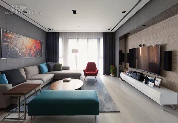5.整體裝潢走現代簡約風,電視牆採用洞石切割,俐落感十足。