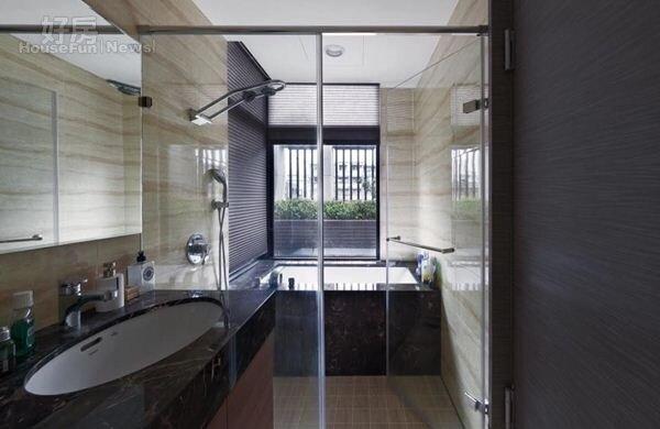 11.主臥相當寬敞,還有間衛浴可欣賞露台景觀。