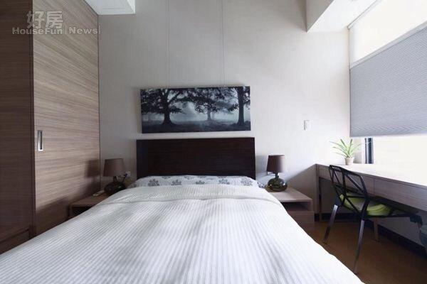 10.客房佈置融入飯店概念,旁邊有衣櫃與置物空間。