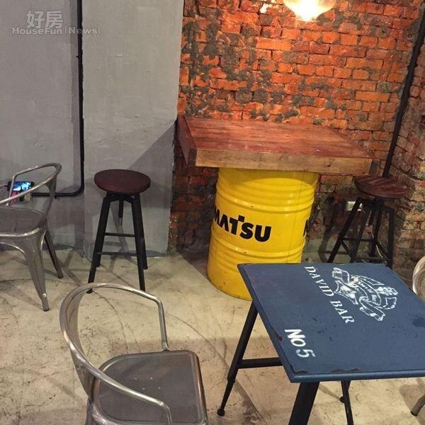 3.餐廳走工業風,店內的桌椅從木材到汽油桶混搭。