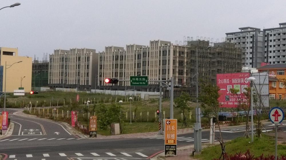 大埔地區蓋起不少新建案,和張藥房殘壁相比,顯得十分諷刺。(截取自台灣農村陣線)