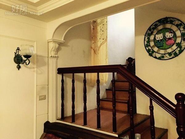 4.牆上的Hello Kitty時鐘,是喜歡手工藝的媽媽,以壓克力手繪製作的。