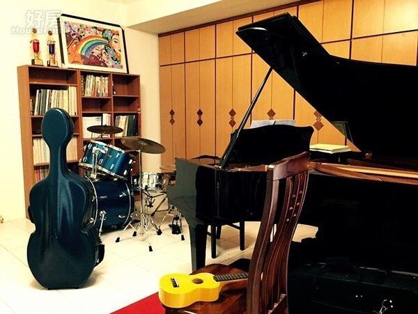 6.房間另一邊則是琴房,麻雀雖小五臟俱全。
