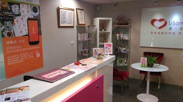2.工作室一進去設置了服務櫃台,以白色櫃子搭配粉紅色系裝潢。