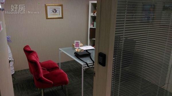 4.諮詢室的陳設簡單,紅色椅子搭配玻璃桌,舒適的空間希望讓諮詢民眾放鬆。