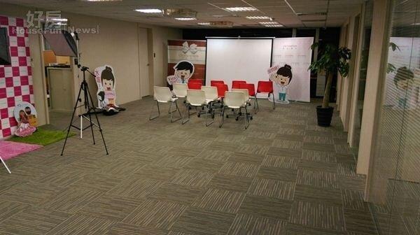 5.安格斯跟同學合夥的複合式辦公室中間有個廣場,不定期會舉辦講座等活動,還可以當成攝影棚,空間充分運用!