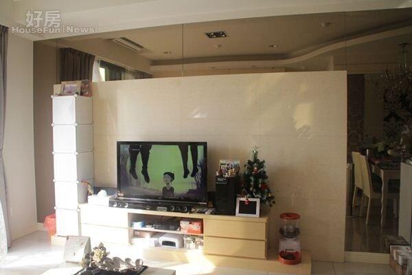 4.客廳以鏡子做裝飾,空間雖小視覺上卻很開闊。