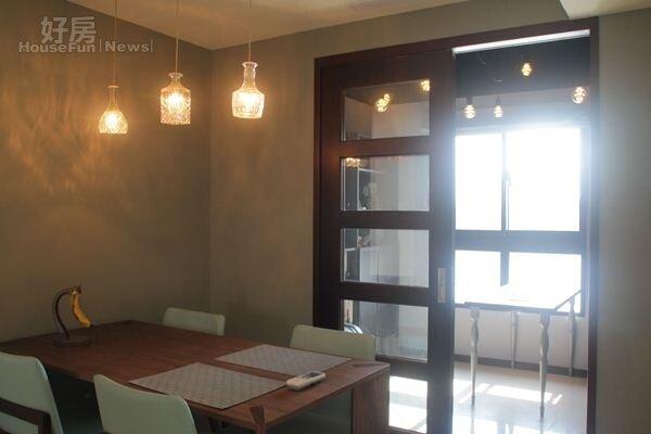 5.小巧的餐廳,搭配造型燈具很有特色。