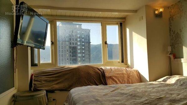 5.臥房的大片窗戶,採光良好。
