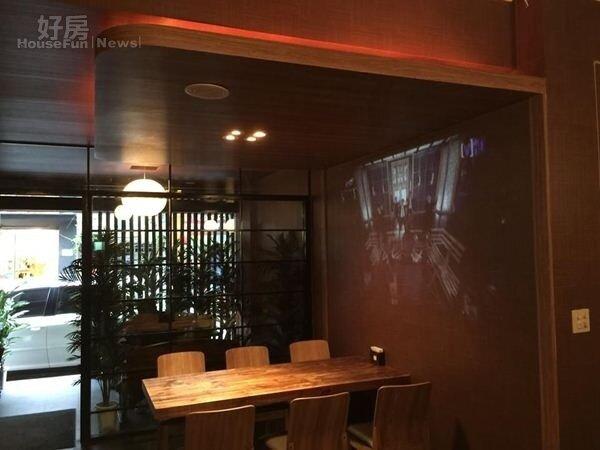 5.因為是日義複合式料理餐廳,裝潢風格一半走日式,以木製牆面搭配木桌木椅。