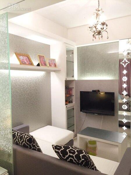 5.小套房中廖芷晴對天花板掛有典雅水晶燈的小客廳沙發區最為滿意。