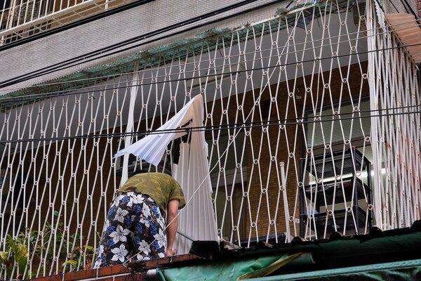 民眾忙於修繕自家家園所受的損害。(好房網News記者 陳韋帆/攝影)