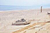 公墓變沙灘 大浪刷出棺木