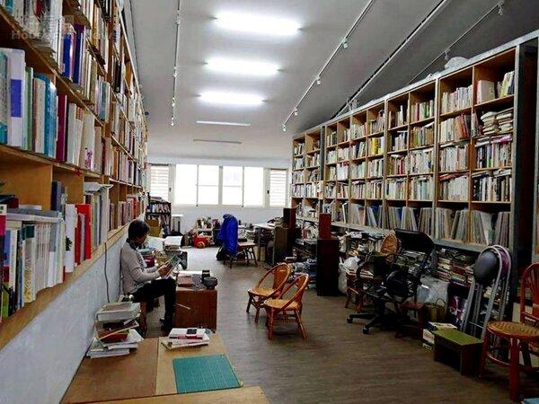 4.先生鄧文淵的個人工作室,兩側藏書豐富。
