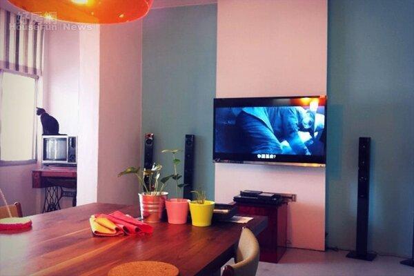 2.木桌旁有著液晶電視等影音設備。