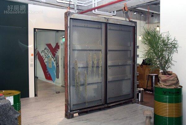 1.愛魅客董事長戴偉衡(右)期望打造創意的辦公室空間,左為設計總監Lee。