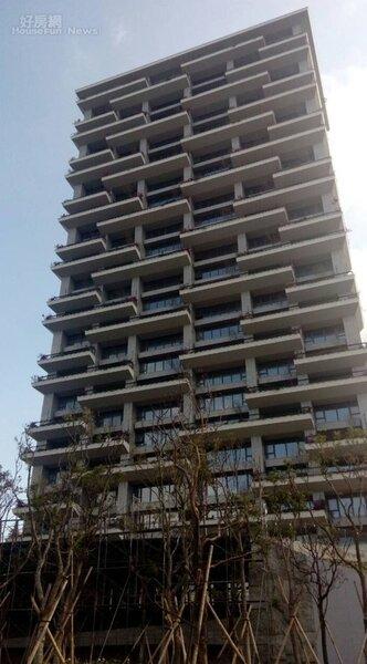 4「頤海大院」是捷運竹圍、紅樹林站間知名豪宅,外觀時尚氣派。