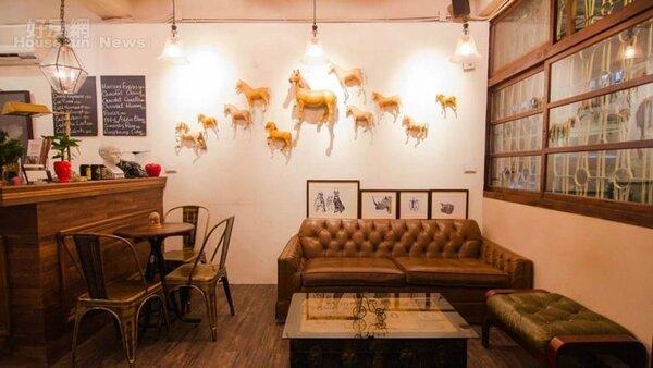 6.店內的沙發跟桌子,部分是古董收藏,部分是訂製仿古的,民眾喜歡也能買回家。