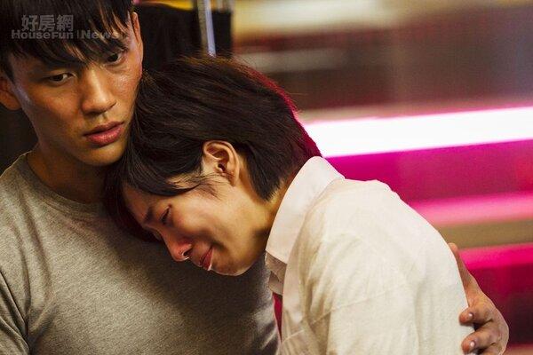 3.小彥北上打拼遇見了房仲菜鳥燕子(溫貞菱飾),對她產生情愫,合資買房卻落入金錢陷阱。(德風電影提供)