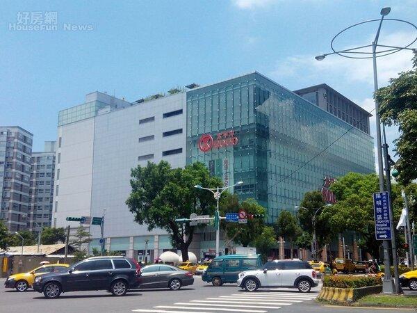 5. 忠誠路、中山北路五段口,有不少大型百貨公司進駐。