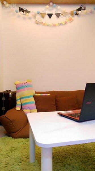 2.雖然租屋處不大,但Gigi還是加購沙發床、絨毛地毯和小桌子,在有限空間打造出客廳的感覺。