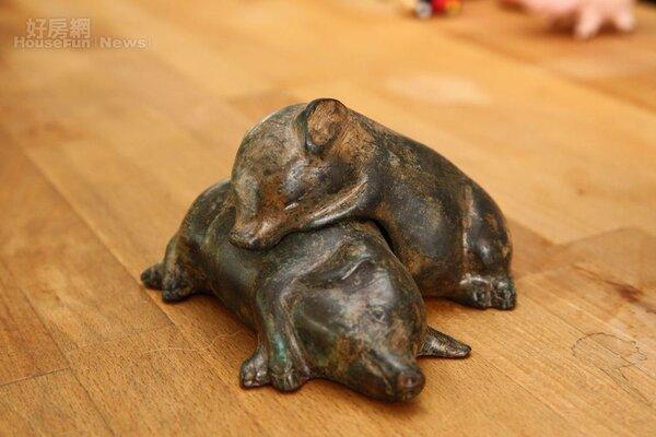 15.相互依偎的兩隻小豬,是泰國藝術家的銅雕作品。