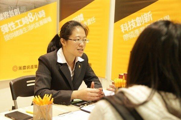 圖說:永慶房產集團今天出席就業博覽會,許多求職者熱烈詢問,並現場遞送履歷