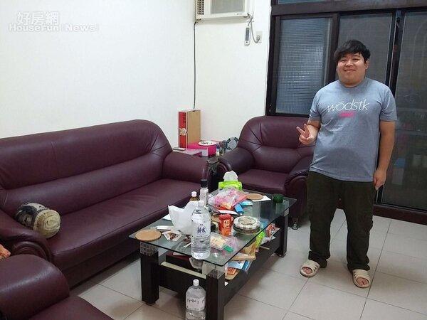 3.合租的公寓在喧嘩的五分埔夜市,客廳相當寬敞。