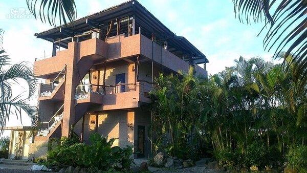 9.「PASA海岸民宿」鄰近海邊,主體結構為兩層樓,三樓頂樓可看日出月落。