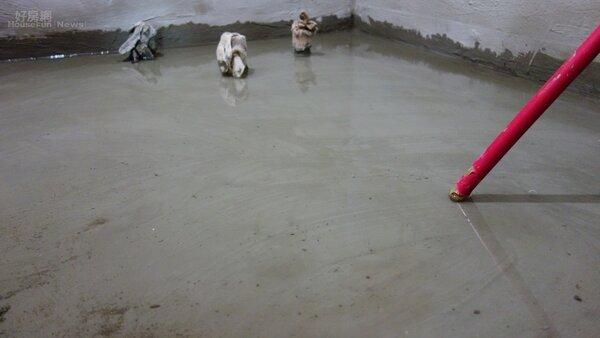 台中有住戶跟媒體投訴,剛跟知名建商買的新大樓,交屋不到兩年,地下室就出現嚴重漏水。(卡朵空間設計提供)