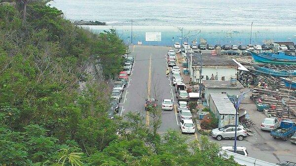 富岡漁港開始停車收費後,當地居民和漁民憂心一到暑假旅遊旺季,恐出現停車亂象。 記者尤聰光/攝影
