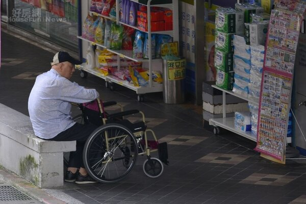 台灣人口老化愈趨嚴重,許多獨居老人只剩看護陪伴餘生。(好房網News記者陳韋帆/攝影)