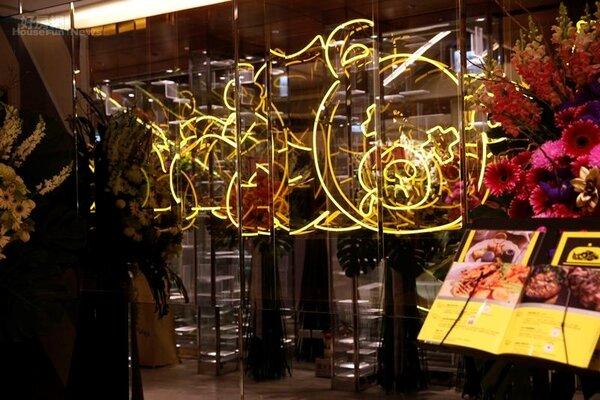 3.「家傢酒」大直旗艦店延續東區原始店的霓虹燈管做出吉祥物熊,還透過鏡子營造出無限的感覺。