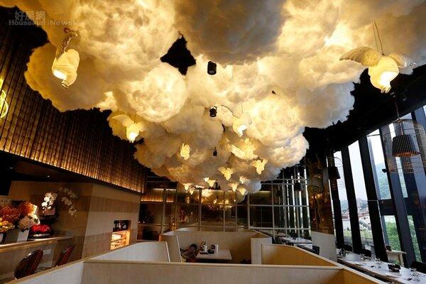 6.量身打造的上百朵雲燈,結合中國藝術品牌「稀奇」的骨瓷天使燈打造出如夢似幻的裝置藝術效果。