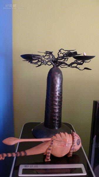 8.胡道明去馬達加斯加出外景,攜回來當地原住民雕塑的猴麵包樹鐵製燭台,木雕則是變色龍造型。