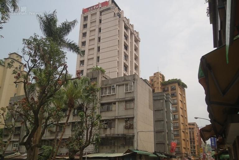 都會精華區常出現舊公寓中間「長」出新大樓的現象。(好房網News記者張盛賓/攝影)