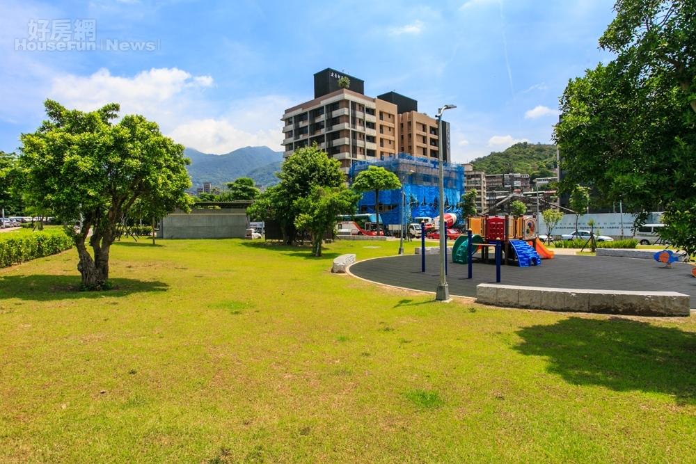 台灣的公園無法展現特色,尤其是遊樂器材清一色都是塑膠製。(好房網News記者張聖奕/攝影)
