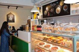 常去逛IKEA的人應該對附設的瑞典餐廳不陌生;IKEA HOUSE其實就是讓原本逛完吃飯的概念,轉換成邊吃邊逛邊體驗;CP值破錶的價位餐點與飲料,讓你可以百元有找的享受飲料與甜點。