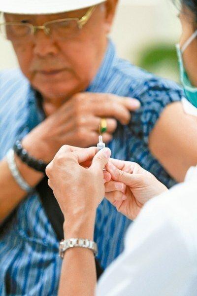 寒流來襲,肺炎患者明顯增加,醫師建議施打肺炎疫苗,有助於降低肺炎發生率。 (報系資料照)