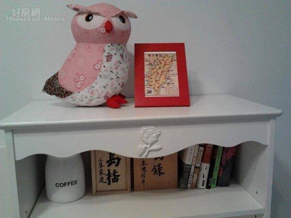 6.臥房放明信片和床頭書的櫃子。
